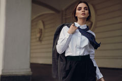De Manier van de vrouwendaling Mooi Modelin fashion clothes in Straat stock afbeelding