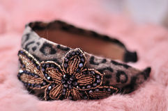 De manier van de winter: haar band op roze bontkleding Stock Foto