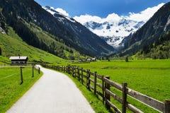 De manier van het berglandschap en houten omheining in Stilluptal Mayrhofen Oostenrijk Tirol royalty-vrije stock afbeeldingen
