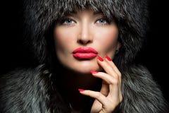 De Manier van het bont Mooi Meisje met rode lippen en manicure in Bont Ha stock afbeeldingen