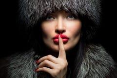De Manier van het bont Mooi Meisje met rode lippen en manicure in Bont Ha royalty-vrije stock fotografie