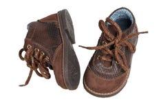 De manier van de kindschoen Een paar elegante bruine leerschoenen met schoenveters voor kleine die jongens over witte achtergrond royalty-vrije stock afbeelding