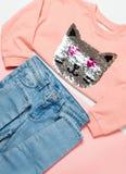 De manier van meisjes` s kleren plaatste: sweater en jeans op roze achtergrond stock afbeelding
