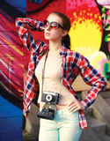 De manierfoto van de de zomerstraat, modieus mooi vrouwenmodel royalty-vrije stock afbeeldingen