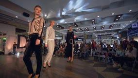 De maniergebeurtenis, modellenmeisjes in hoge hielen gaat op podium op Defile toont van nieuwe inzamelingskleren bij manierweek stock video