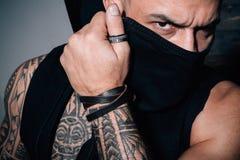 De manierindustrie Spier atletisch sexy mannetje met tatoegeringen Zekere en knappe Brutale mens Mannelijke manier Metrosexual royalty-vrije stock fotografie