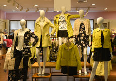 De manierledenpoppen van de de herfstwinter in de winkel van de manierkleding stock fotografie