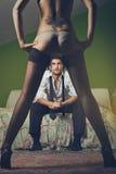 De manierman bekijkt vrouw met sensuele benen Stock Fotografie