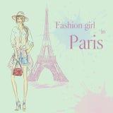 De Maniermeisje van Parijs dichtbij de Toren van Eiffel Stock Afbeeldingen