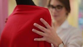 De manierontwerper kleedt maker die model in studio draperen Manierontwerper, kleermaker, naaister het aanpassen kleren stock videobeelden