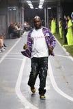 De manierontwerper Virgil Abloh en de modellen lopen de baan tijdens de Gebroken witte show als deel van de Manierweek van Parijs stock foto's