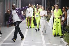 De manierontwerper Virgil Abloh en de modellen lopen de baan tijdens weg Wit tonen als deel van de Manierweek Womenswear van Pari royalty-vrije stock afbeelding
