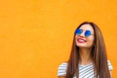 De manierportret die van de de zomer zonnig levensstijl van jonge modieuze hipstervrouw in zonnebril, in overhemd omhoog eruit zi Stock Fotografie
