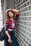 De manierportret van de de zomer zonnig levensstijl van het jonge modieuze hipstervrouw lopen op straat Stock Afbeeldingen