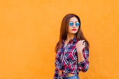 De manierportret van de de zomer zonnig levensstijl van jonge modieuze hipstervrouw in zonnebril, in overhemd Exemplaar-ruimte Royalty-vrije Stock Afbeeldingen