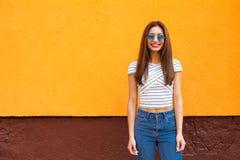 De manierportret van de de zomer zonnig levensstijl van jonge modieuze hipstervrouw in zonnebril, in overhemd Exemplaar-ruimte Stock Afbeeldingen