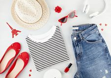 De maniervlakte legt met Franse stijlmeisjes stedelijke uitrusting met t-shirt, ballerinaschoenen, zonnebril en jeans stock afbeeldingen