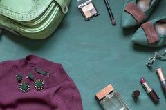 De maniervlakte legt op de houten turkooise achtergrond met schoonheidsmiddelen, schoenen en kleedt zich stock afbeelding