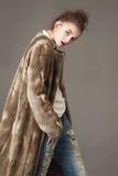 De maniervrouw in bruine bontjas stelt Stock Foto's
