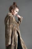 De maniervrouw in bruine bontjas stelt Stock Foto