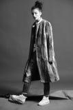 De maniervrouw in bruine bontjas stelt Royalty-vrije Stock Fotografie