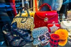 De manierwinkel van Storefront met vrouwentoebehoren stock foto's
