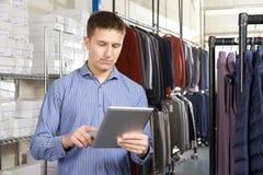 De Manierzaken van zakenmanrunning on line met Digitale Tablet stock foto's