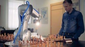 De manipulator van de robothand beweegt het schaakcijfer Futuristisch Concept Het spelen schaak met een mens