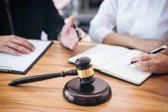 De mannelijke advocaat of de rechter raadpleegt het hebben van teamvergadering cliënt, La stock foto