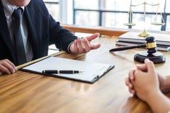 De mannelijke advocaat of de rechter raadpleegt het hebben van teamvergadering cliënt, La royalty-vrije stock foto's