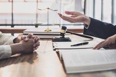 De mannelijke advocaat of de rechter raadpleegt het hebben van teamvergadering Onderneemstercli?nt, Wet en de Juridische diensten stock afbeeldingen