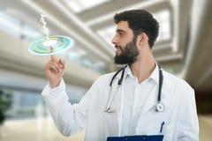 De mannelijke arts maakt een richtend vingergebaar, met medische symbolen op achtergrond Stock Foto