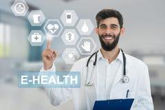 De mannelijke arts maakt een richtend vingergebaar, met medische symbolen op achtergrond Royalty-vrije Stock Foto's