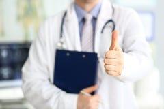 De mannelijke arts toont duim op teken als de publieke opinie uitdrukking voor goede behandeling royalty-vrije stock foto's