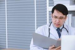 De mannelijke arts zit op rolstoel royalty-vrije stock foto