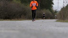 De mannelijke atleet op middelbare leeftijd stelt een afstand in hout in werking Langzame Motie stock footage