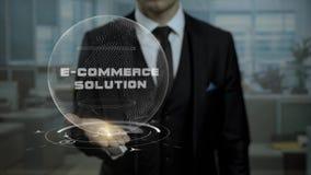 De mannelijke bankier houdt geanimeerde cyber Aarde met de Oplossingen van de woordenelektronische handel in het bureau stock video