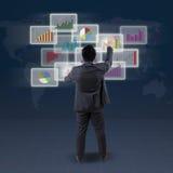 De mannelijke bankier leidt financiëngrafiek Stock Fotografie