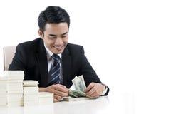 De mannelijke bankier telt bankbiljetten op wit achtergrond en exemplaar s Royalty-vrije Stock Afbeeldingen