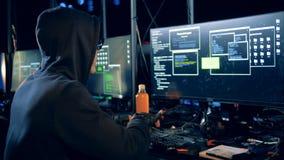 De mannelijke bedriegster het binnendringen in een beveiligd computersysteem computer, sluit omhoog stock video