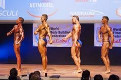 De mannelijke bodybuilders buigen hun spieren en tonen hun beste physiqu Royalty-vrije Stock Afbeeldingen