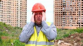 De mannelijke de de bouwersvoorman, arbeider of architect op bouwbouwterrein zijn ongerust gemaakt en hebben een spanning, hoofdp stock footage