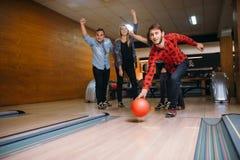 De mannelijke bowlingspeler werpt bal op steeg, stakingsschot royalty-vrije stock fotografie