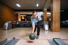 De mannelijke bowlingspeler werpt bal op steeg, vooraanzicht royalty-vrije stock foto