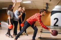 De mannelijke bowlingspeler werpt bal, werpend in actie stock afbeeldingen