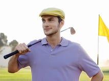 De mannelijke Club van de Golfspelerholding op Golfcursus royalty-vrije stock foto