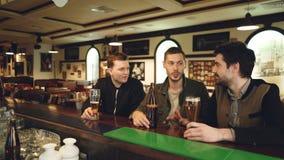 De mannelijke collega's hebben gesprek in lokale bar Buiten werkplaats samenkomen en medewerkers die informeel communiceren stock video