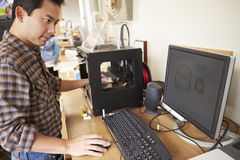De mannelijke 3D Printer In Office van ArchitectenUsing Stock Foto