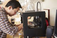 De mannelijke 3D Printer In Office van ArchitectenUsing Stock Afbeeldingen