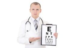 De mannelijke die artsenoftalmoloog en grafiek van de oogtest op wit wordt geïsoleerd Stock Afbeelding